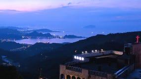 Una tarde hermosa que miraba el sol fijó detrás de las montañas de Taiwán, creando un contexto púrpura contra los cielos claros e Fotos de archivo libres de regalías