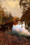 Una tarde reservada en un parque de la ciudad pintado en colores brillantes del otoño Fotografía de archivo libre de regalías