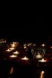 Una tarde romántica por luz de una vela con los pétalos color de rosa Fotografía de archivo libre de regalías