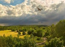 Una tarde soleada antes de la tempestad de truenos - una vista de los bosques y del campo cerca de Leipzig Alemania Imagen de archivo