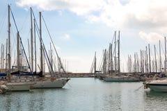 Una tarde tranquila en el puerto turístico Fotos de archivo