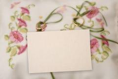 Una tarjeta en blanco con el anillo de bodas. fotos de archivo libres de regalías