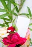 Una tarjeta en blanco y una flor Imagenes de archivo