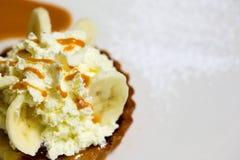 Una tarta de crema fresca del plátano Imágenes de archivo libres de regalías