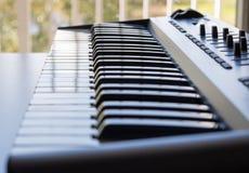 Una tastiera che ostenta le sue chiavi dell'avorio fotografie stock libere da diritti