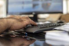 Una tastiera di battitura a macchina del bluetooth dell'uomo immagine stock libera da diritti