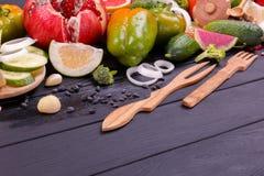 Una tavola è presentata con frutta e le verdure immagini stock libere da diritti