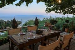 Una tavola è servito per quattro persone con la vista del mare nel tempo uguagliante sull'isola di Kefalonia, il mare ionico, Gre fotografia stock libera da diritti