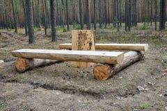 Una tavola, banchi fatti dei ceppi Fotografia Stock Libera da Diritti