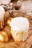Una tavola decorata per la festa Dolce delizioso casalingo in glassa dello zucchero ed uova tinte Dolce di Pasqua ed uova dorate  Fotografia Stock