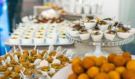 Una tavola di buffet con tipo differente di servizi dell'alimento Fotografie Stock Libere da Diritti