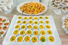 Una tavola di buffet con tipo differente di servizi dell'alimento Immagine Stock Libera da Diritti