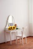 Una tavola di condimento bianca, specchio di vetro fotografie stock libere da diritti