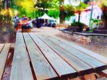 Una tavola di legno vuota alla città giusta fotografie stock