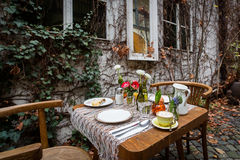 Una tavola di prima colazione decorata con caffè, l'uovo sodo, il succo d'arancia e lo strudel al terrazzo all'aperto durante l'a Fotografia Stock Libera da Diritti