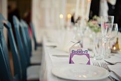 Una tavola molto piacevolmente decorata di nozze con i piatti ed i tovaglioli Fotografie Stock Libere da Diritti