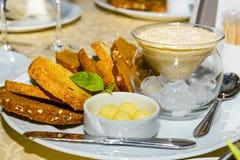 Una tavola servita ad un ristorante Immagini Stock Libere da Diritti