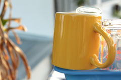 Una taza amarilla Foto de archivo