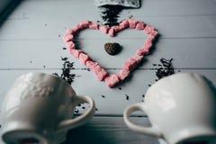 Una taza blanca con el corazón rosado imagen de archivo
