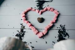 Una taza blanca con el corazón rosado Fotografía de archivo