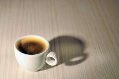 Una taza blanca de café caliente Fotos de archivo