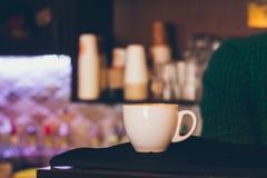 Una taza blanca de café del café express en un café Foto de archivo