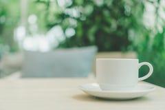 Una taza blanca de latte del té verde en la tabla de madera en café del café imágenes de archivo libres de regalías