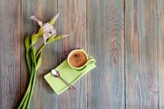 Una taza con café de la mañana y un ramo de iris blancos Imagen de archivo