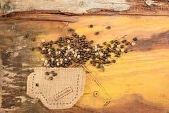 Una taza cosida en yute con los granos de café Imágenes de archivo libres de regalías