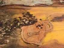 Una taza cosida en yute con los granos de café Imagen de archivo