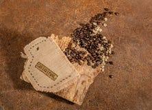 Una taza cosida en yute por completo de los granos de café Imagen de archivo