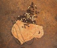 Una taza cosida en yute por completo de los granos de café Fotografía de archivo libre de regalías