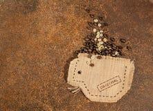 Una taza cosida en yute por completo de los granos de café Imágenes de archivo libres de regalías
