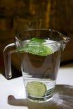Una taza de agua dulce con el limón Imagenes de archivo