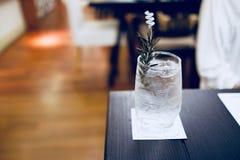 Una taza de agua potable Imagen de archivo