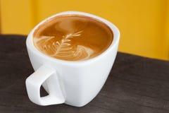 Una taza de arte del latte fotos de archivo libres de regalías