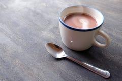 Una taza de bebida caliente fotografía de archivo libre de regalías