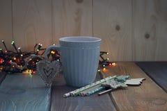 Una taza de café azul en el tablen Fotografía de archivo