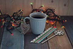 Una taza de café azul en la tabla Imágenes de archivo libres de regalías