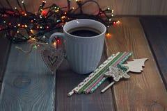 Una taza de café azul en la tabla Imagen de archivo libre de regalías