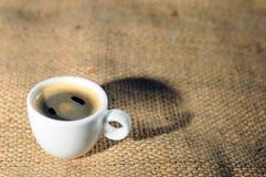 Una taza de café caliente Foto de archivo