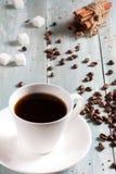 Una taza de café caliente con el azúcar y el canela Imagenes de archivo
