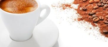 Una taza de café caliente con los granos de café en un fondo blanco Fotos de archivo