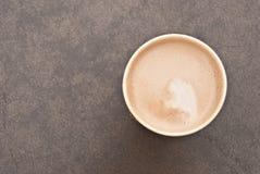 Una taza de café caliente en la taza de papel Imagen de archivo