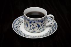 Una taza de café caliente que se coloca en la tabla de madera Foto de archivo libre de regalías