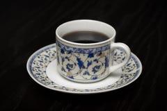 Una taza de café caliente que se coloca en la tabla de madera Fotografía de archivo libre de regalías
