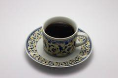 Una taza de café caliente que se coloca en la tabla de madera Imagen de archivo