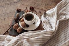 Una taza de café caliente y de artículos temáticos alrededor de ella Imagen de archivo libre de regalías