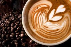 Una taza de café con arte del Latte Fotografía de archivo libre de regalías