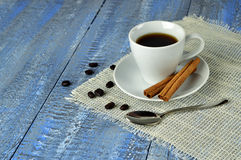 Una taza de café con cinamomo Comodidad casera Navidad Invierno Fotos de archivo libres de regalías